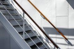 Escadaria de aço branca no navio de cruzeiros velho fotografia de stock royalty free