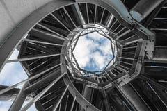 Escadaria de enrolamento preto e branco no céu azul foto de stock royalty free