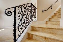 Escadaria de mármore com os trilhos pretos do ferro forjado fotografia de stock