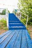 Escadaria de madeira azul acima trilhos de madeira brancos imagem de stock