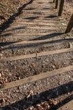 Escadaria de madeira com pedras e as folhas caídas fotos de stock royalty free
