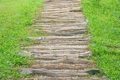 Escadaria de madeira com teste padrão pequeno no jardim, fundo natural das rochas foto de stock