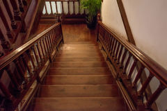 Escadaria de madeira de Brown fotografia de stock royalty free