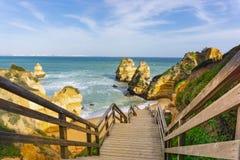 Escadaria de madeira em Ponta a Dinamarca Piedade, perto de Lagos, Portugal fotografia de stock royalty free