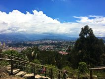 Escadaria de madeira que conduz abaixo das montanhas de Andes, Cuenca fotos de stock