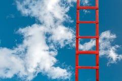 Escadaria de madeira vermelha ao céu no direito Estrada ao sucesso Realização do conceito da carreira dos objetivos imagens de stock