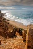 Escadaria de pedra à praia imagens de stock royalty free