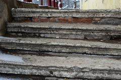 Escadaria de pedra arruinada velha com lixo no inverno imagem de stock