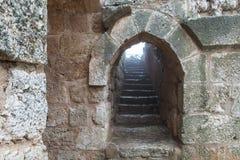 A escadaria de pedra no castelo de Ajloun, igualmente conhecido como Qalat AR-Rabad, é um castelo muçulmano do século XII situado foto de stock