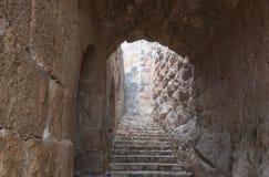 A escadaria de pedra que conduz ao castelo de Ajloun, igualmente conhecido como Qalat AR-Rabad, é um castelo muçulmano do século  fotografia de stock