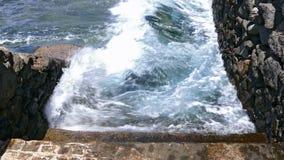 Escadaria de pedra que projeta-se no mar vídeos de arquivo