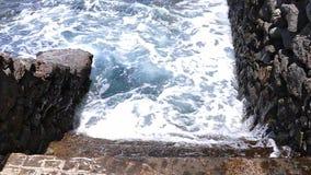 Escadaria de pedra que projeta-se no mar Movimento lento video estoque