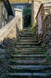 Escadaria de pedra velha a um cottege fotografia de stock