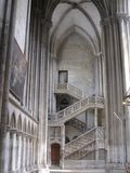 Escadaria e colunas antigas surpreendentes da catedral imagem de stock royalty free