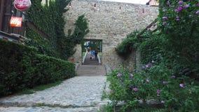 Escadaria e rua pedestre que começa do centro da cidade alcançar o parque de Opatovina zagreb Croácia video estoque