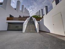 Escadaria, escadaria acima na construção pisada, casa do terraço com chaminé grande, pilha Foto de Stock