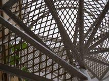 Escadaria espiral branca de baixo de foto de stock