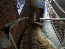 Escadaria espiral castigado pelo mau tempo descendente Imagens de Stock Royalty Free