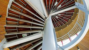 Escadaria espiral da vista inferior fotografia de stock