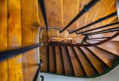Escadaria espiral de madeira na construção velha, Paris, França foto de stock