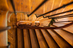 Escadaria espiral de madeira na construção velha, Paris, França imagem de stock