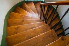 Escadaria espiral de madeira na construção velha, Paris, França fotografia de stock