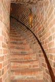 Escadaria espiral em um castelo do tijolo vermelho imagem de stock
