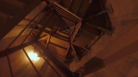 Escadaria espiral industrial escura do Grunge vídeos de arquivo