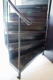 Escadaria espiral moderna do metal escuro Fotografia de Stock