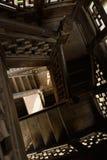 Escadaria espiral na torre de madeira chinesa envelhecida imagens de stock royalty free