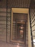 Escadaria espiral velha com etapas de pedra de mármore imagens de stock