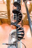 Escadaria espiral velha feita do ferro fundido na torre de água fotografia de stock