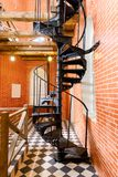Escadaria espiral velha feita do ferro fundido na torre de água imagens de stock