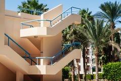 escadaria fora em um hotel da casa de campo com a palmeira em Egito foto de stock royalty free