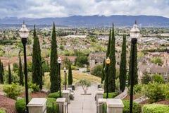 Escadaria grande no dia nebuloso e chuvoso e na vista para uma vizinhança residencial, monte das comunicações, San Jose, Califórn imagem de stock royalty free