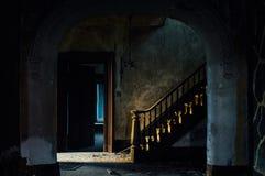 Escadaria grande no vestíbulo - casa abandonada foto de stock royalty free