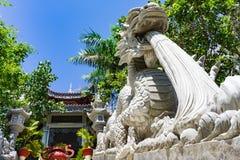 Escadaria limitada em ambos os lados dos dragões Entrada ao monastério Fotografia de Stock Royalty Free