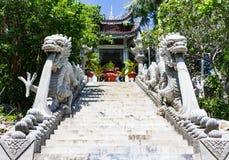 Escadaria limitada em ambos os lados dos dragões Entrada ao monastério Foto de Stock