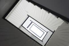 Escadaria mínima do interior do estilo da arquitetura moderna Imagens de Stock Royalty Free