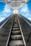 Escadaria movente ao céu Oportunidade de negócio ao sucesso Imagens de Stock