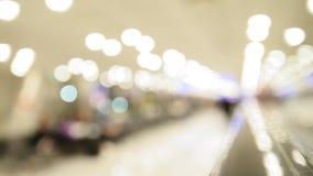 Escadaria movente no aeroporto - fundo abstrato borrado vídeos de arquivo