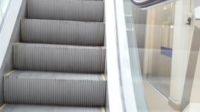 Escadaria movente que corre para baixo - escadas da escada rolante video estoque