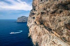 Escadaria na rocha da pedra calcária à caverna de Netuno da estalactite Barco que deixa Grotte di Nettuno em Sardinia, Itália Foto de Stock