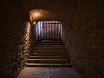 Escadaria no cofre-forte da adega travado com uma grade imagens de stock