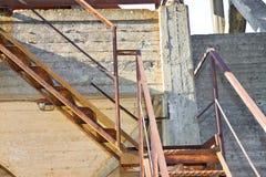 Escadaria oxidada velha do ferro contra um muro de cimento danificado imagem de stock royalty free