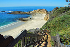 Escadaria para estimar a praia da ilha abaixo da montagem com referência a Imagens de Stock