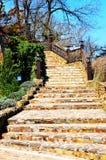 escadaria Pedra-pavimentada em uma aleia obscuro Fotos da qualidade imagens de stock