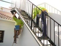 Escadaria preta do metal unida à parede fotos de stock