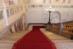 A escadaria principal é coberta com o tapete vermelho Castelo de Mikhailovsky St Petersburg imagem de stock royalty free