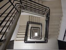 Escadaria quadrada em uma construção muito alta fotos de stock royalty free